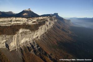 Vues aériennes de la falaise du Saint-Eynard et de la vallée de l'Isère en amont de Grenoble