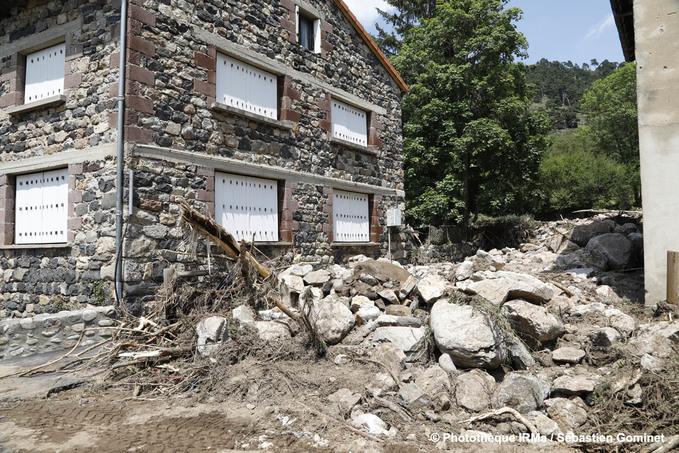 Crue du ruisseau Blanc - lit complètement obstrué au niveau du passage sous la route communale